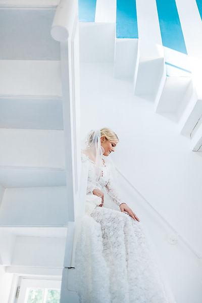 Braut an einer Treppe