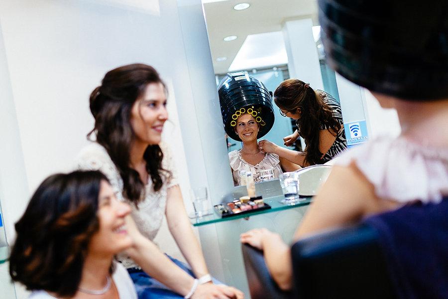Braut beim Styling beim Friseur