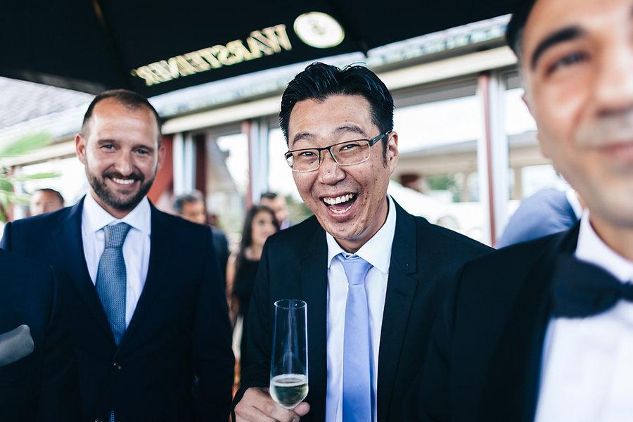 Lachender Chinese auf einer Hochzeit