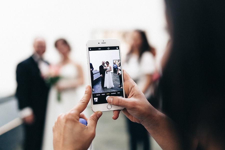 Handyfoto bei der Hochzeit