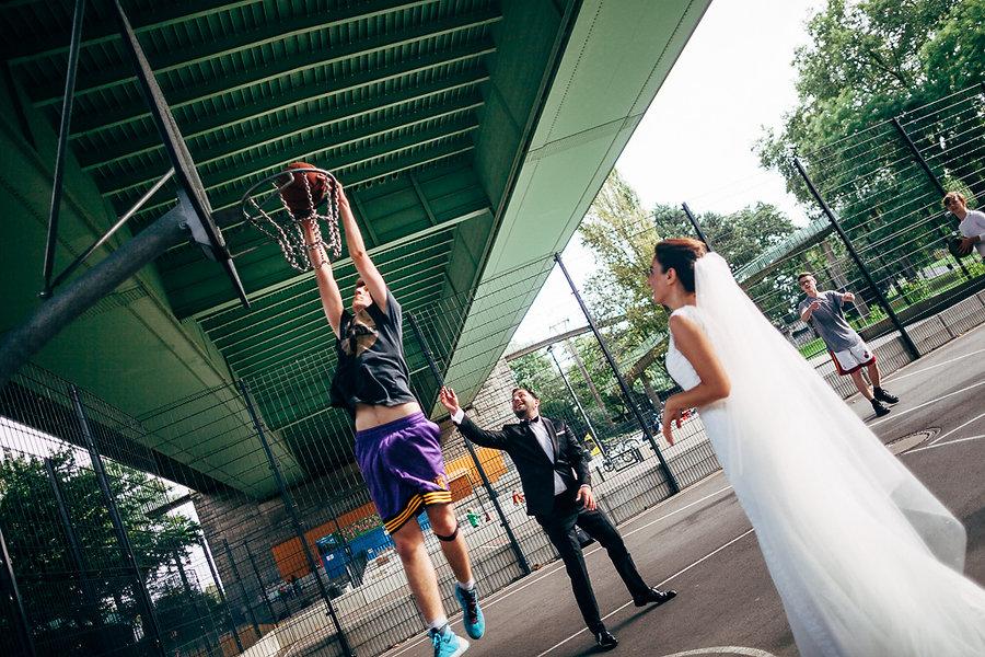 Brautpaar spielen Basketball