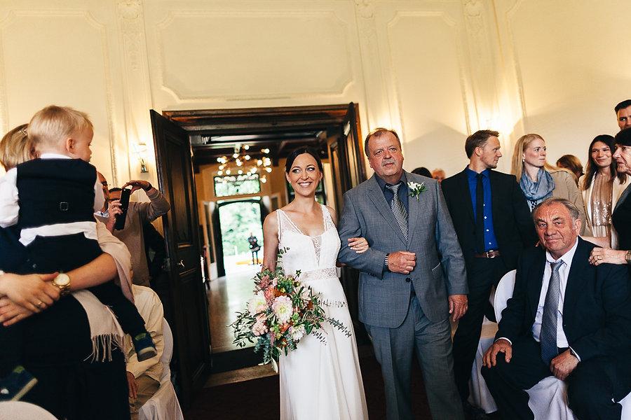 Braut mit Brautvater kommen in den freie Trauung