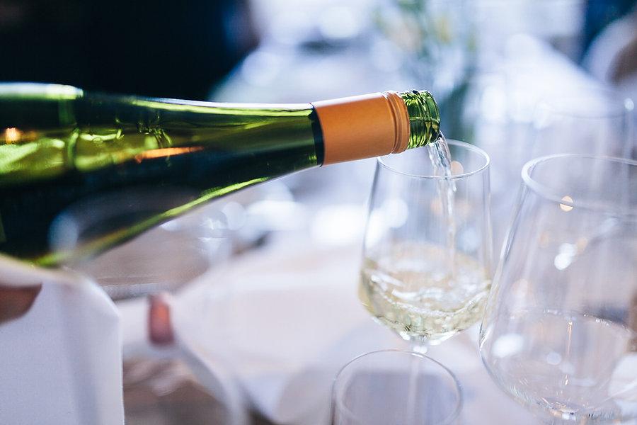 Wein wird eingeschenkt