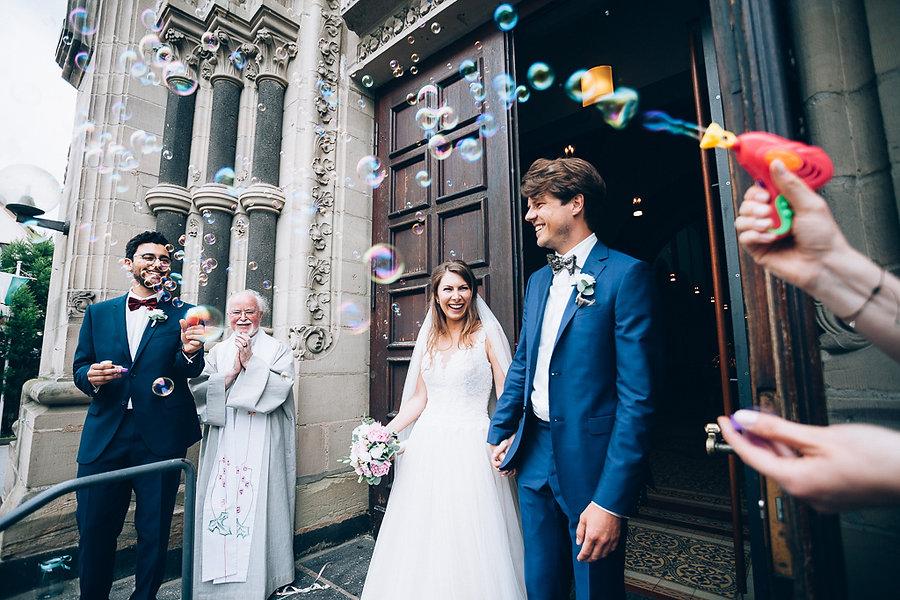 Hochzeitspaar kommt aus der Kirche