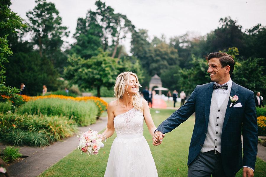 Braut und Bräutigam laufen