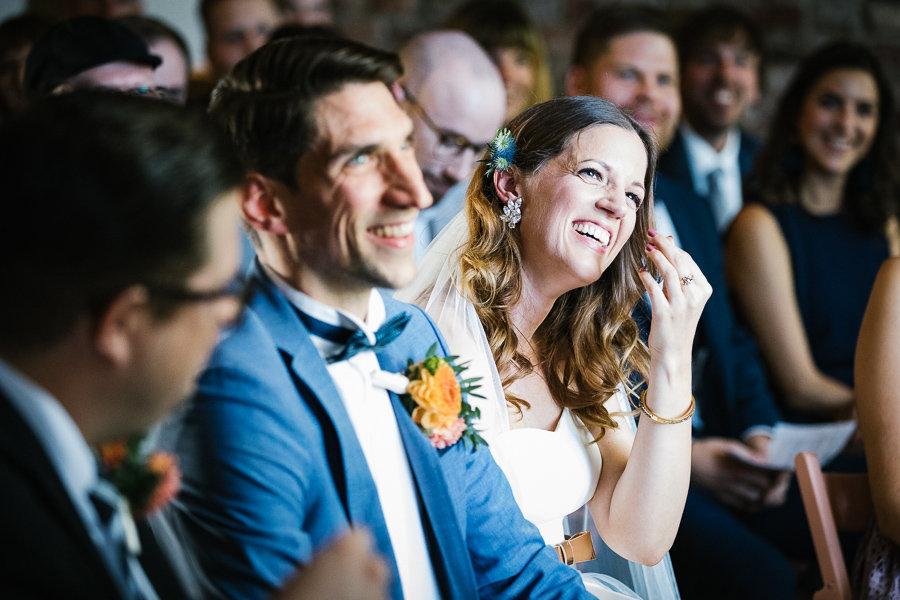 Die Braut freut sich bei der Trauung