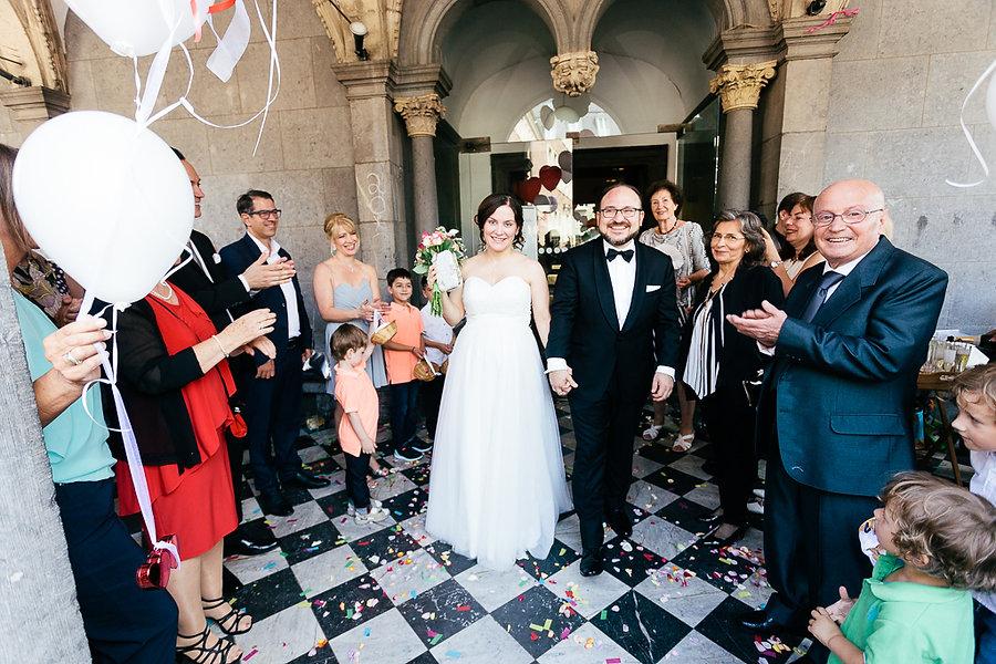 Hochzeitspäarchen vor dem Standesamt