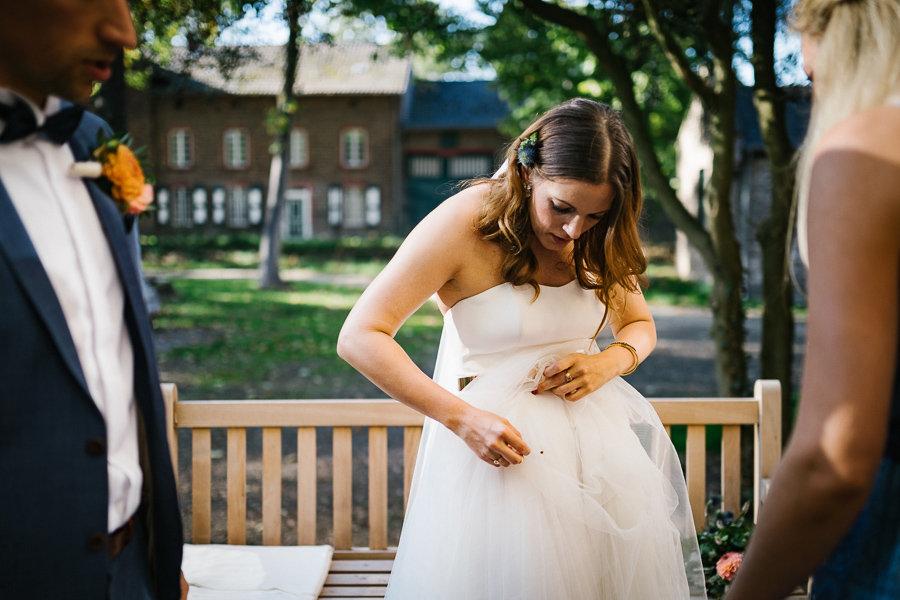 Braut findet einen Käfer am Hochzeitskleid