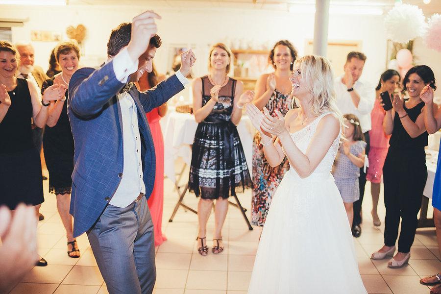 Bräutigam tanzt auf der Hochzeit