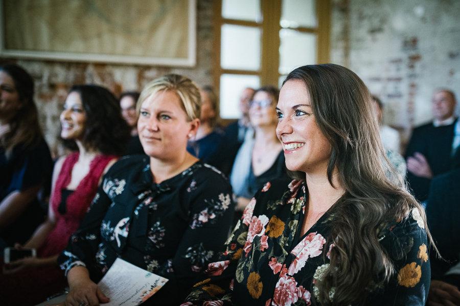 Gäste bei der Hochzeit und der Trauzremonie