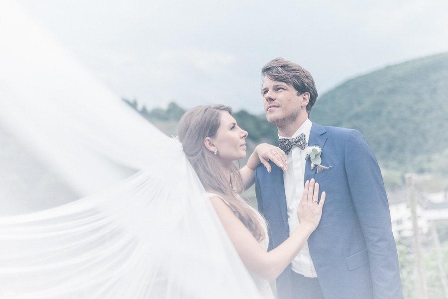 Paarshooting mit Hochzeitspaar und Schleier