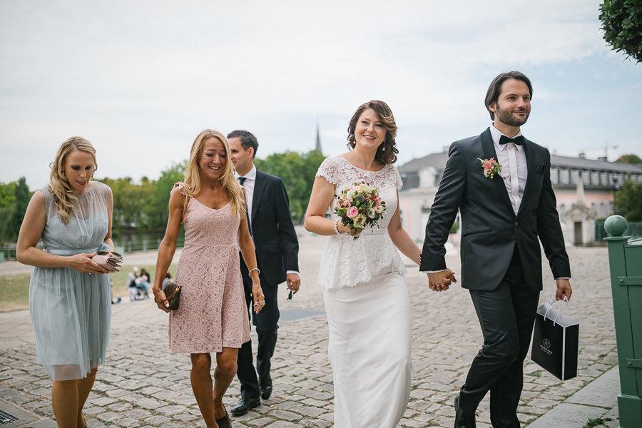 Hochzeitspaar geht ins Schloss