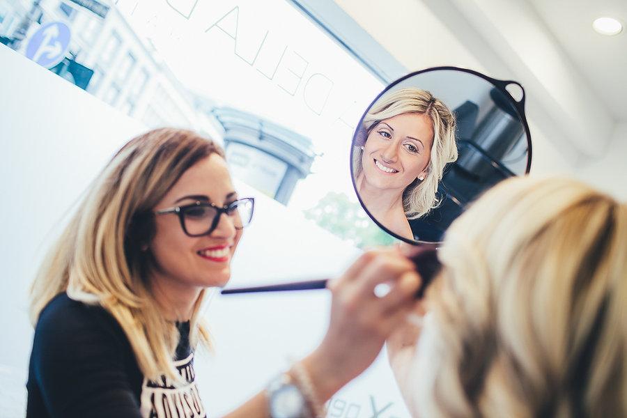 Braut im Spiegel beim Friseur