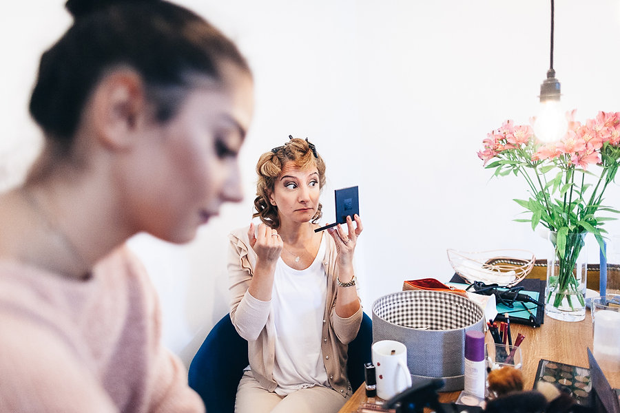 Fraut schaut lustig in den Spiegel hinein