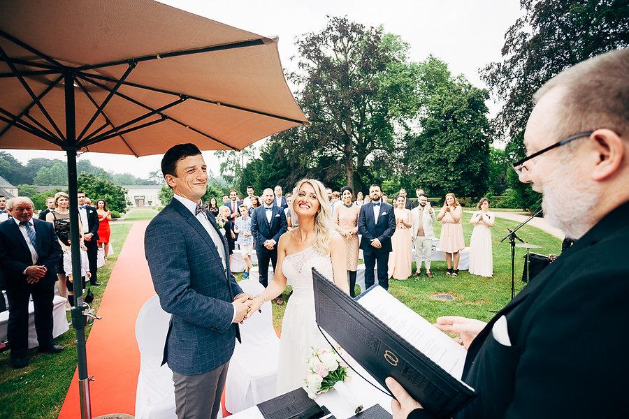 Hochzeitspaar bei der Trauung
