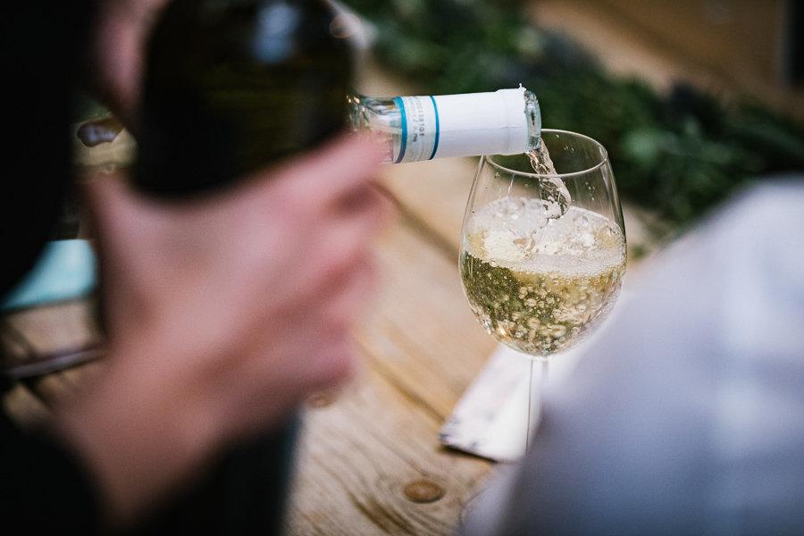 Wein wird auf der Hochzeitspartyeingeschenkt