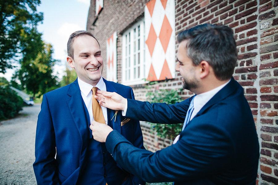 Bräutigam bekommt die Kravatte gerichtet