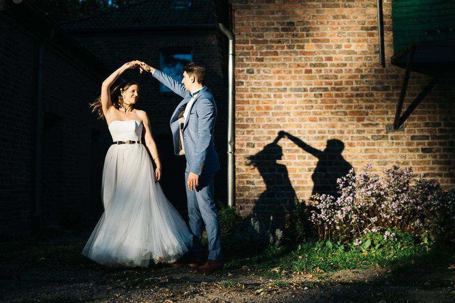 Brautpaar tanz vor ihrem eigenen Schatten