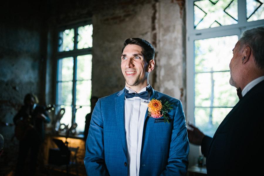 De Bräutigam wartet auf die Braut