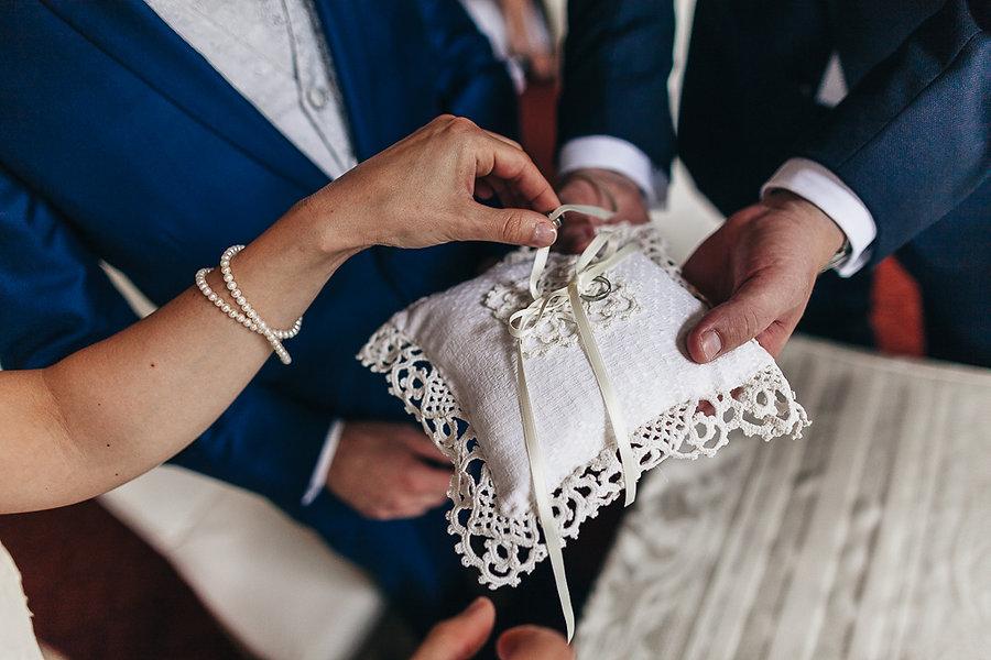 Ringkissen bei der Hochzeit
