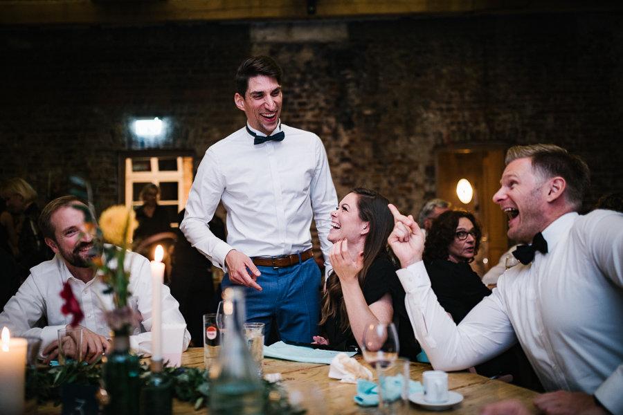 Bräutigam albert herum mit Hochzeitsgästen