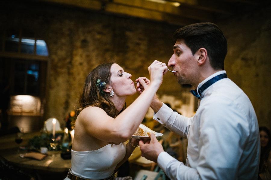 Brautpaar füttert sich mit Hochzeitstorte