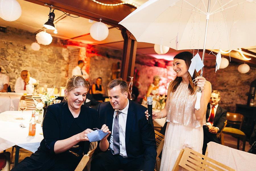 Gäste auf der Hochzeit spielen Spiele