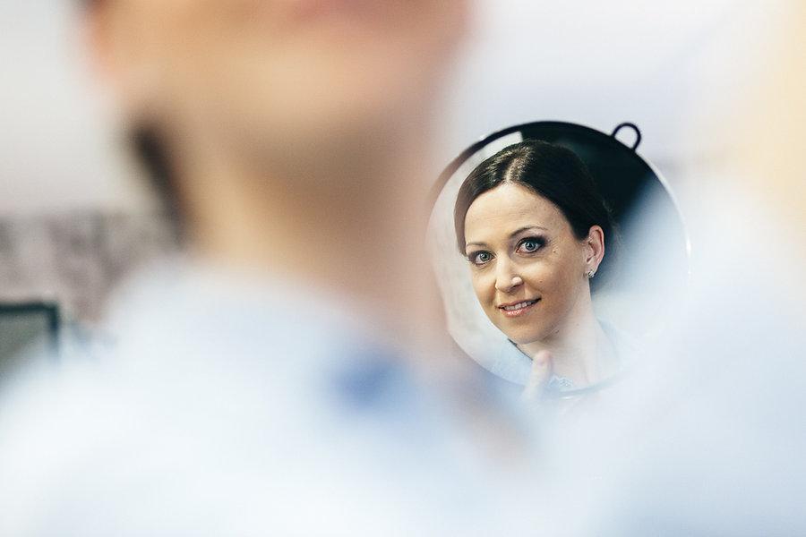 Braut schut in den Spiegel