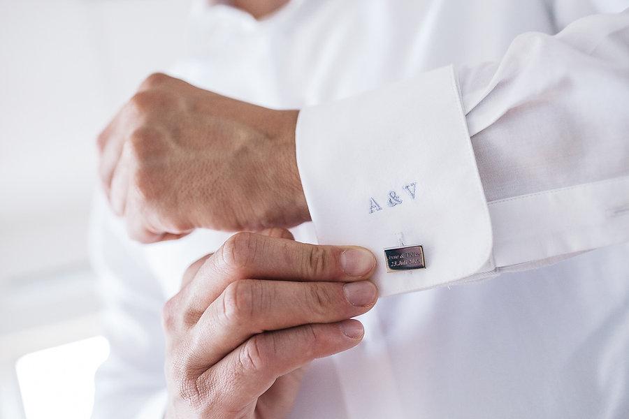 Hand am Hemd von Bräutigam