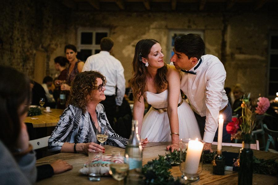 Hochzeitspaar und Gäste