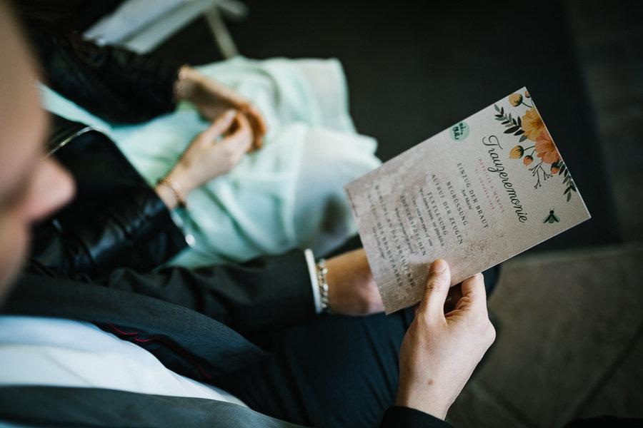 Trauzeremonie auf dm Papier