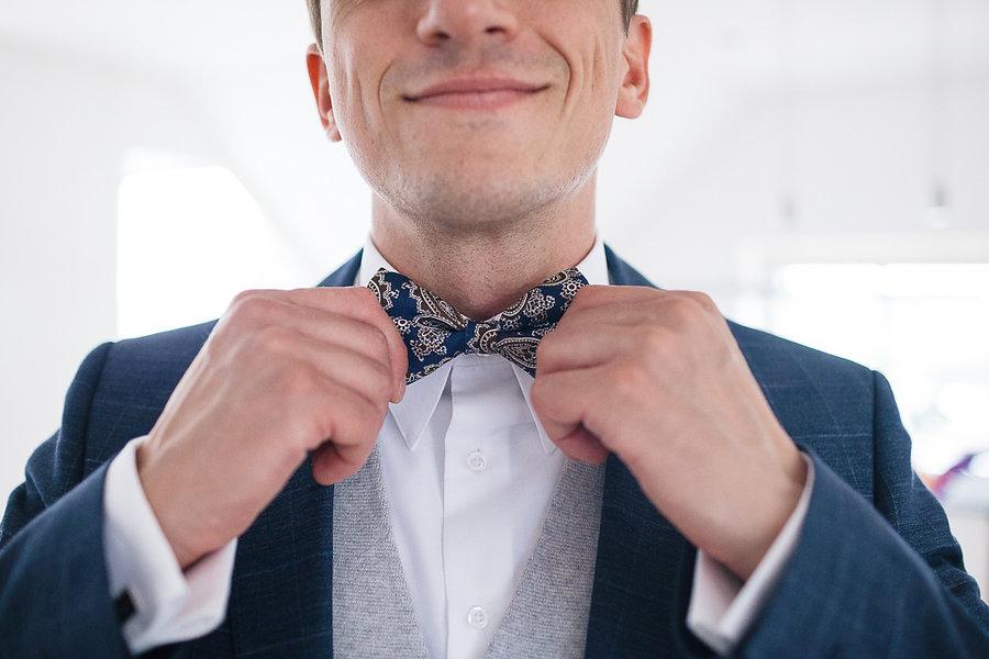Bräutigam richtet sich die Kravatte