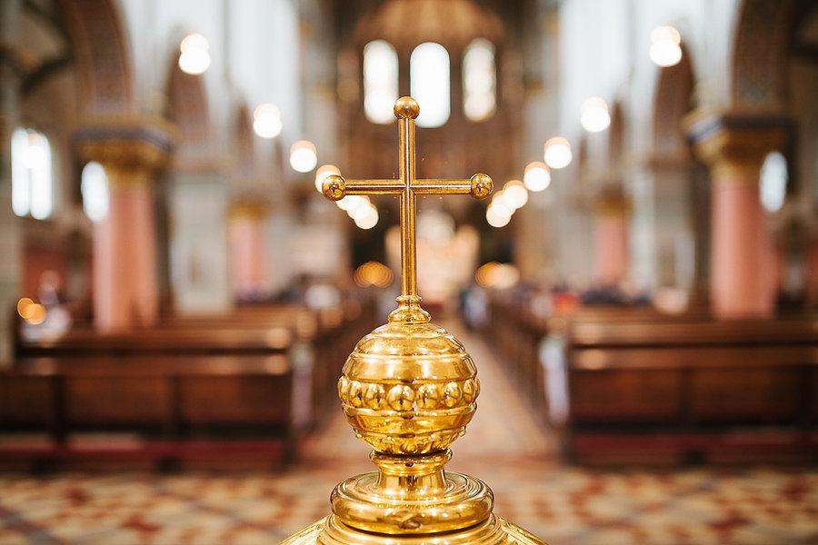 Ein goldenes Kreuz auf einer Hochzeit