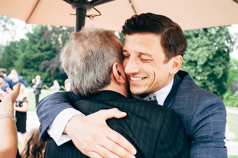 Bräutigam umarmt Brautvater
