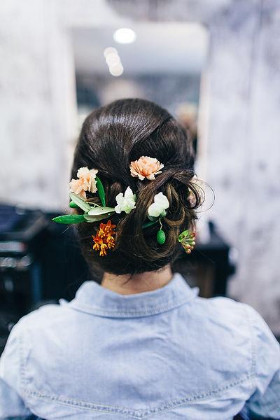 Blumen in den Haaren der Braut