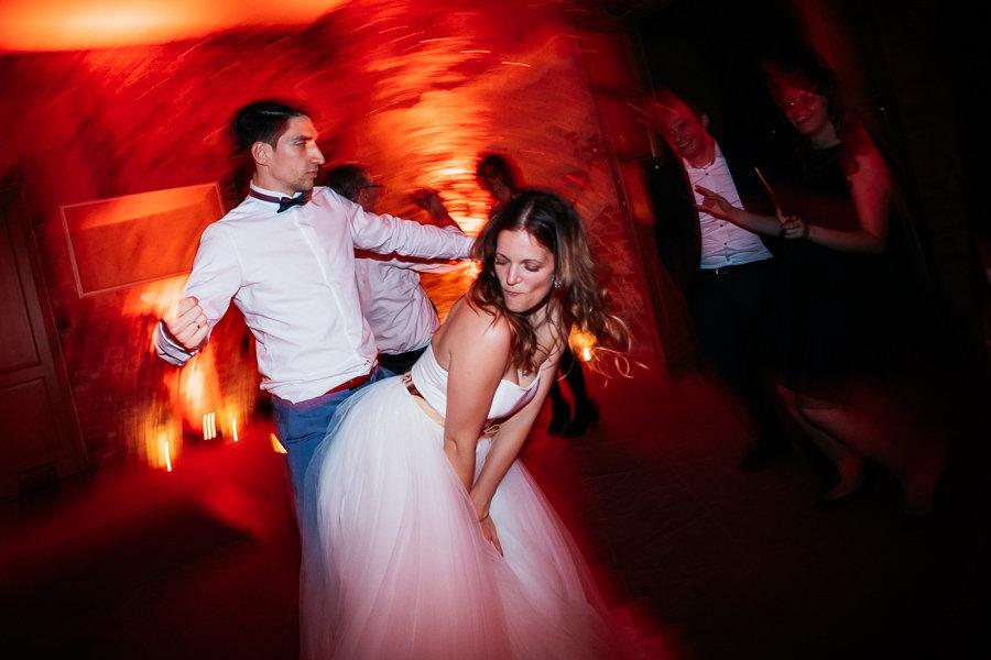 Braut und Bräutigam tanzen auf der Hochzeit