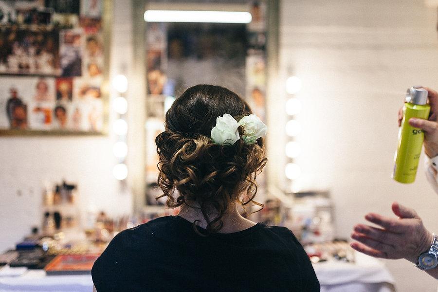 Braut beim Friseur