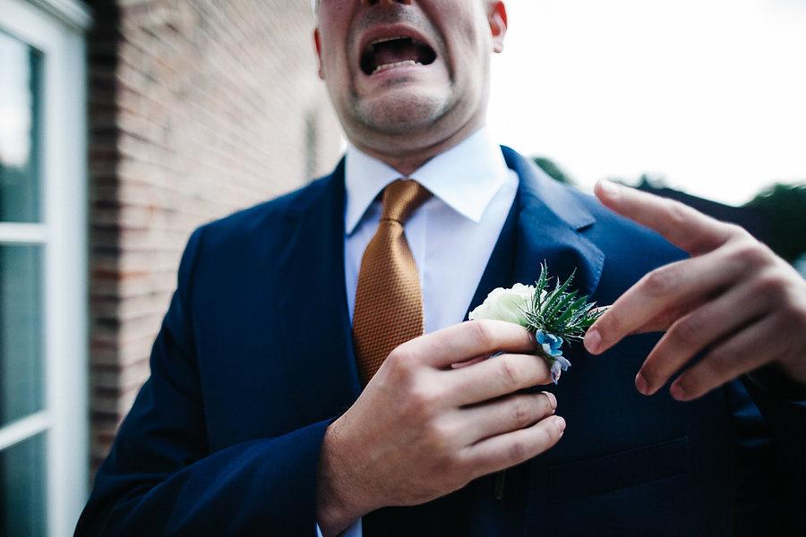 Bräutigam sticht sich an seiner Blume