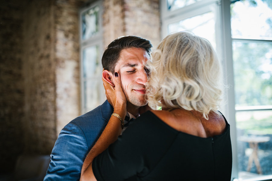 Mutter und Bräutigam vor der Trauung emotional