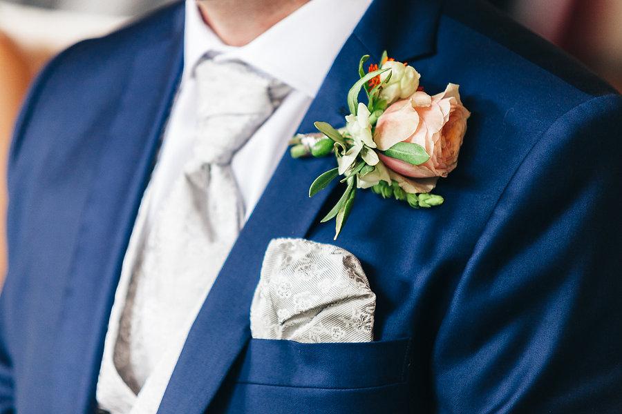 Blumen am Anzug des Bräutigams