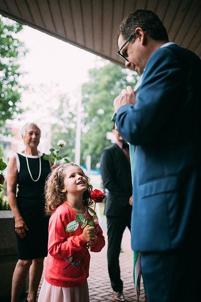 Kind mit Vater mit einer Rose