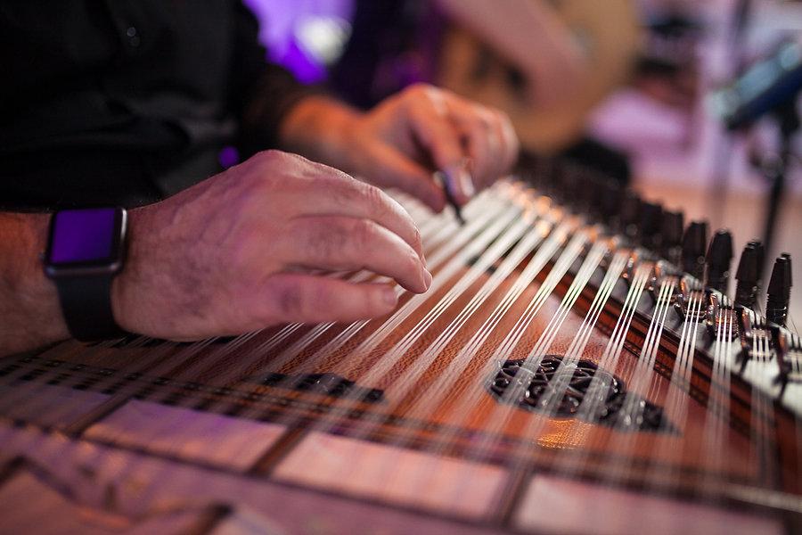 Ein Musiker spielt ein türkisches Instrument