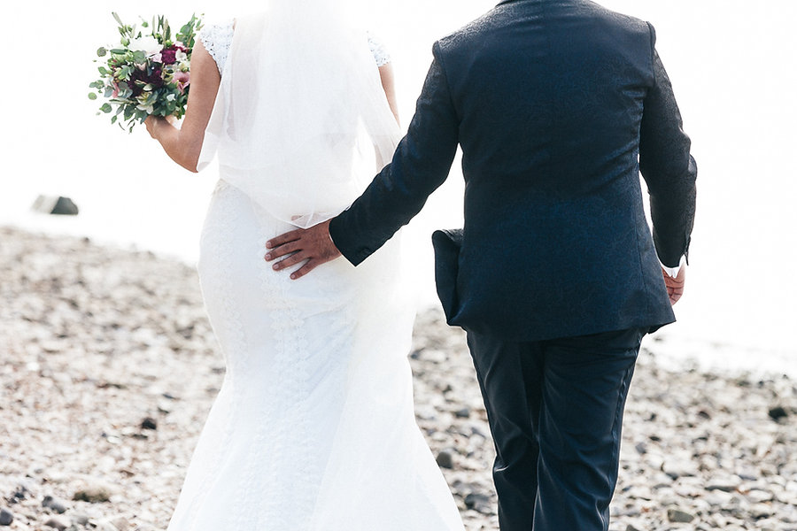 Bräutigam fasst der Braut an den Po