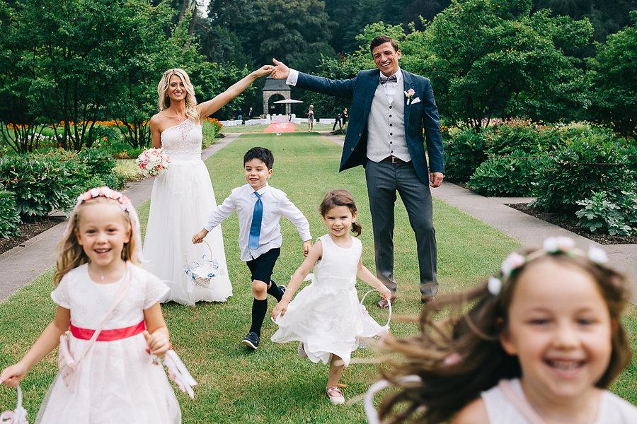 Spielende Kinder auf der Hochzeit