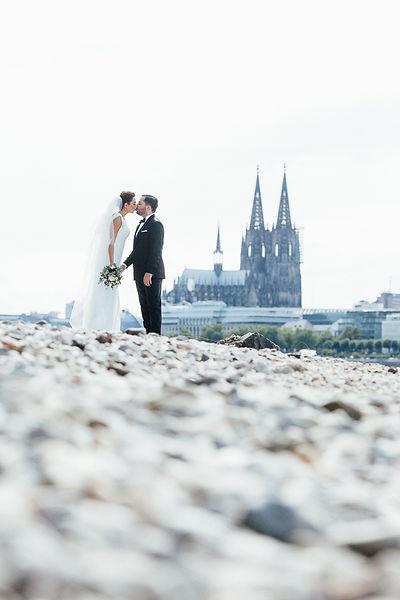 Hochzeitspaar am Rhein in Köln