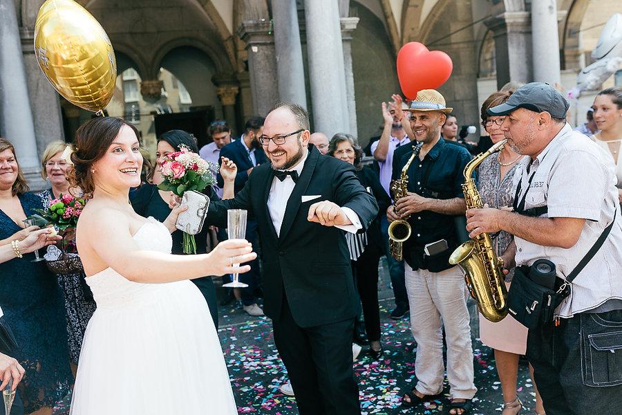 Hochzeitspaar tanzt vor der Kirche