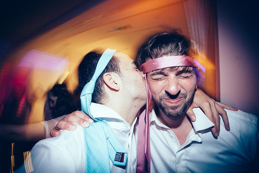Männer mit Kravatten auf der Hochzeit