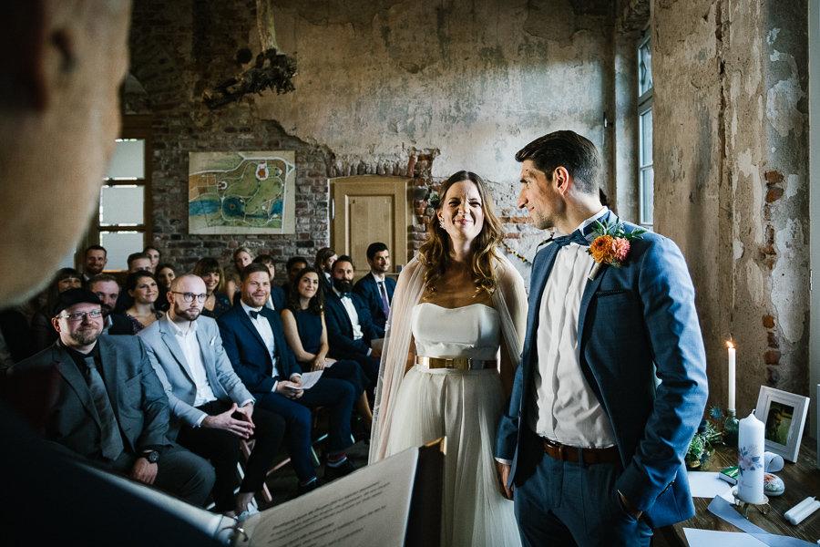 Das Hochzeitspaar albert herum auf der Hochzeitszeremonie