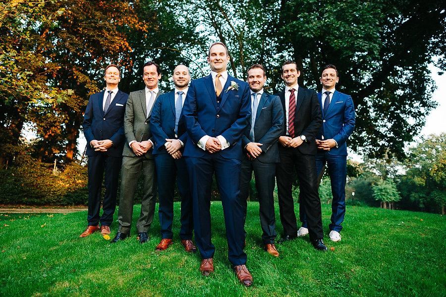 Männergruppe bei der Hochzeit