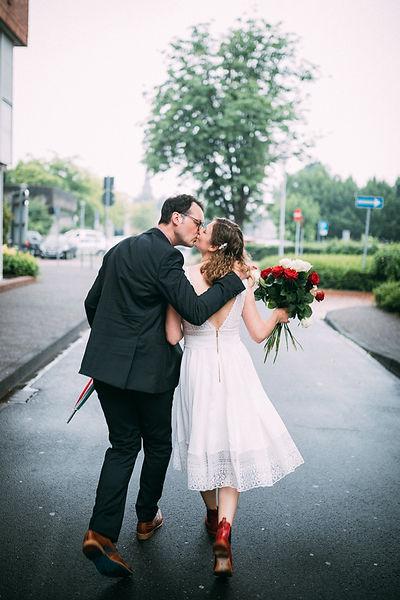 Glückliches Hochzeitspaar nach der Trauung